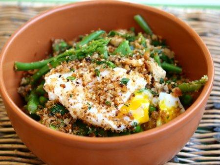 Салат из зеленых весенних овощей с яйцом-пашот