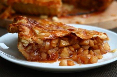 Классический закрытый яблочный пирог