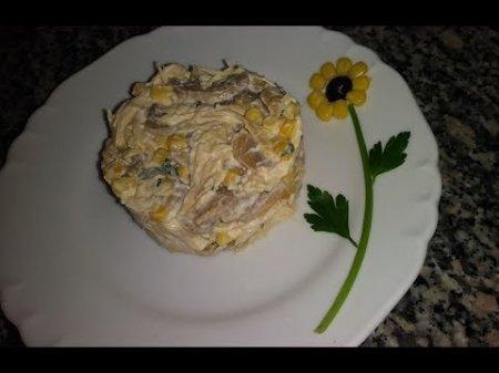 Салат на раз-два-три с курицей, грибами и кукурузой