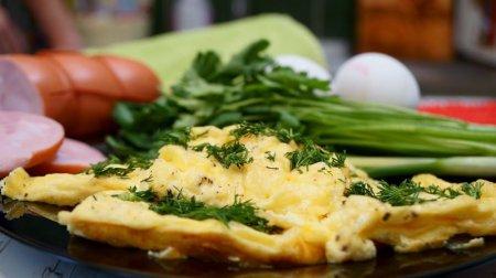 Быстрый и вкусный омлет с сыром