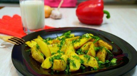 Запеченный картофель с корочкой под соусом